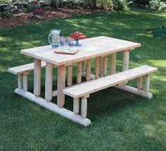 Meja piknik di halaman belakang