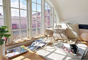 Reading nook dengan jendela besar