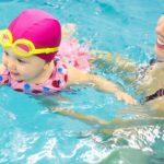 Melatih Bayi Berenang Ternyata Banyak Manfaatnya