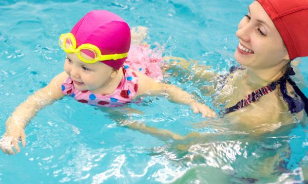 manfaat melatih bayi berenang