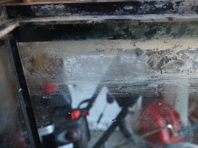 menghilangkan residu pada kaca akuarium