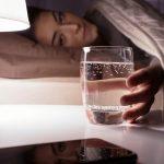 Minum Air Putih Sebelum Tidur? Ini Beragam Manfaatnya!
