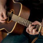 Berbagai Manfaat Memainkan Alat Musik Gitar