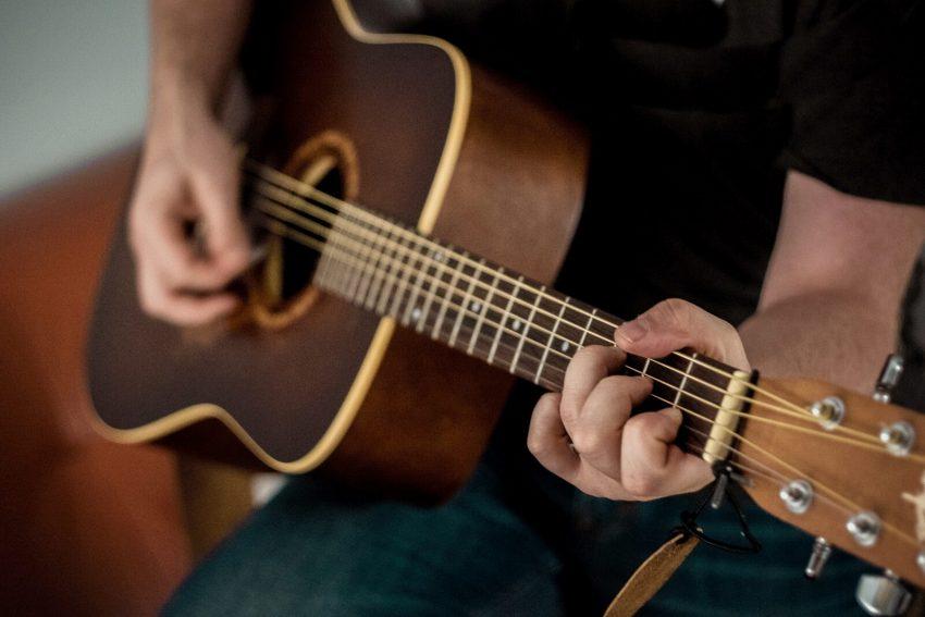 manfaat main gitar